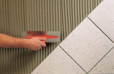 Нанесение плиточного клея видео