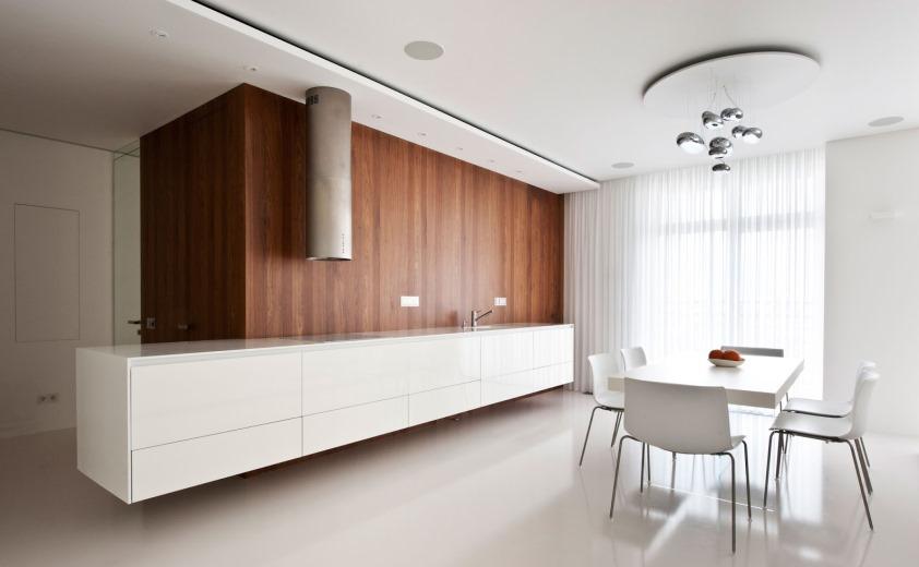 фото освещение и большие окна в минимализме кухни