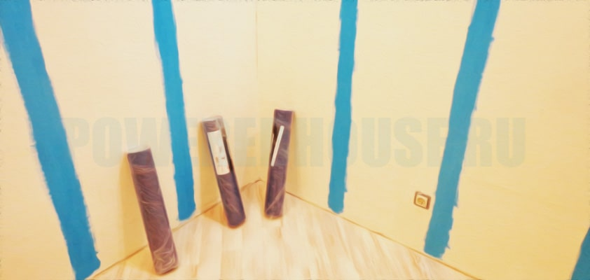покраска стены или мест стыков краской подобранной под цвет обоев