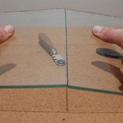 ломаем стекло после резки второй способ