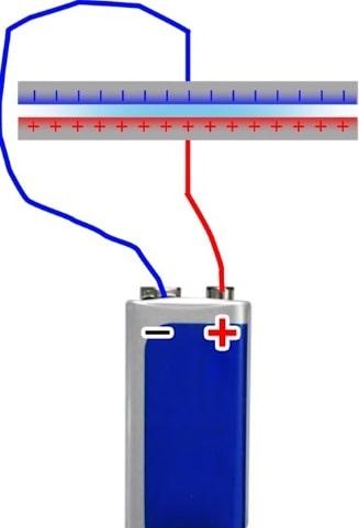 как конденсаторы накапливают и держат заряд