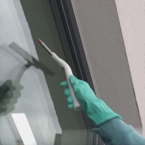 тщательная протирка окна насухо