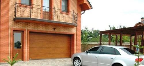 Встроенный в дом гараж для автомобиля